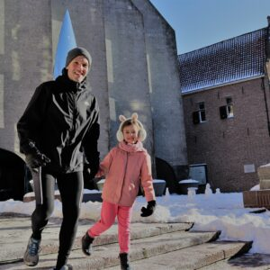 Vader met dochter doen familie sportroute hardlopen
