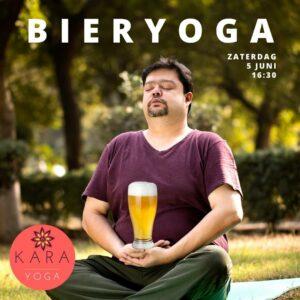 Man in yoga lotushouding met glas bier