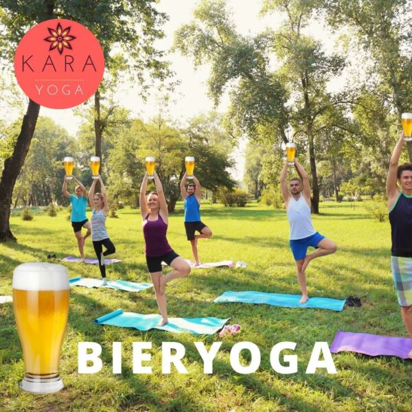 Groep doet yoga met glas bier